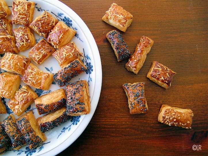 Schaaltje met bladerdeeghapjes met maanzaad, sesamzaad en oude kaas