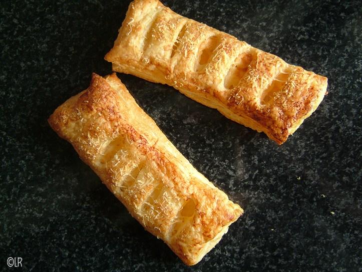 Twee knapperig goudbruine kaasbroodjes