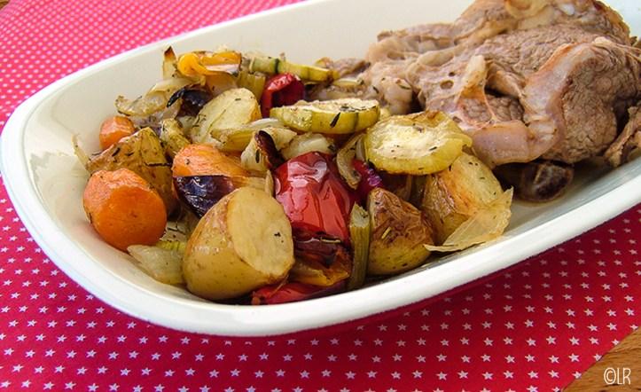 Schotel met gegrilde kalfskotelet en groenten uit de oven