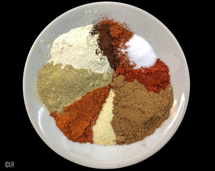 Schaaltje met alle tien ingrediënten voor een lekker gehaktkruiden mengsel.