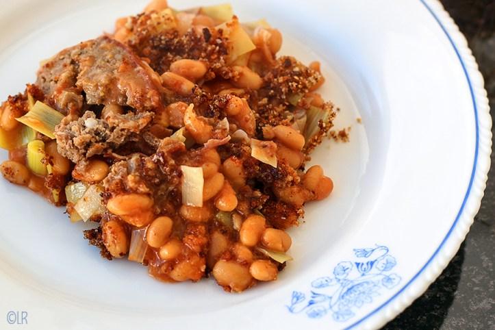 Bord met witte bonen in tomatensaus en prei schotel. Samen met gehakt een heerlijk maaltje.
