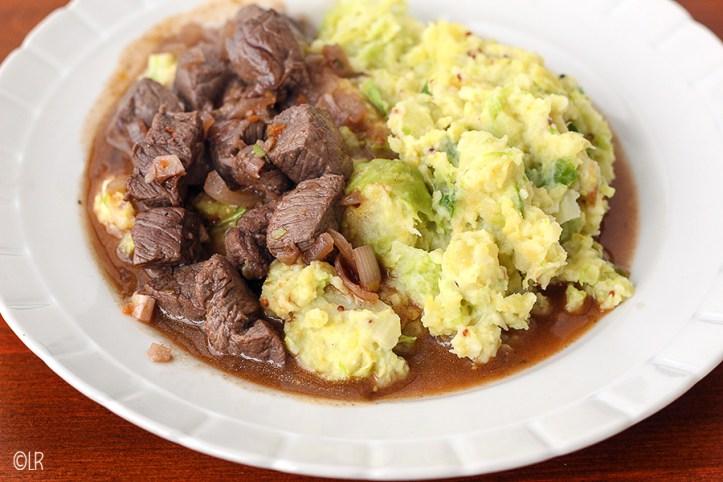 Heerlijk bordje koolhydraatarme spruitjesstamppot met rundvlees en jus.