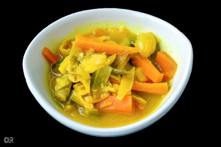 Zelfgemaakt atjar tjampoer (Indonesisch tafelzuur) met onder andere spitskoo, prei, wortel, sperzieboontjes en zilveruitjes