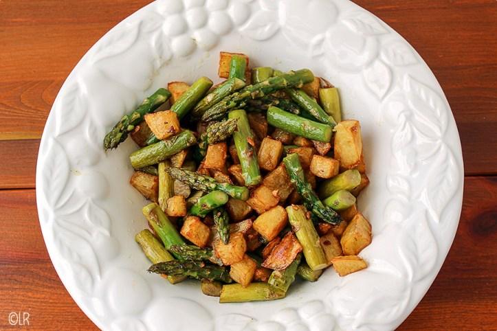 Groene asperges met gefrituurde aardappeltjes, lekker pittig door de knoflook.