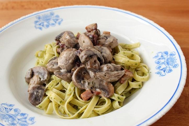 Lekkere lintpasta met pesto en erover een rijkgevulde champignon-roomsaus.