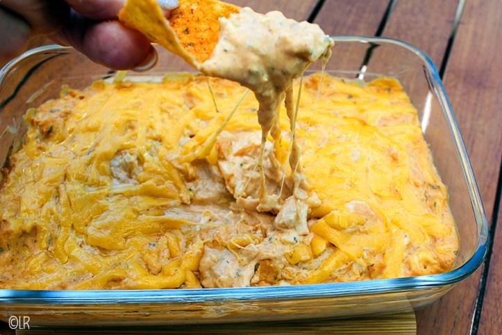 Heerlijke dip met veel kip en kaas, lekker met taco-chips maar ook met bleekselderij.