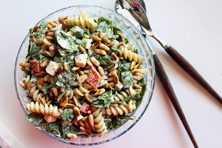 Salade van pasta met spinazie, paprika, feta en pijnboompitten.