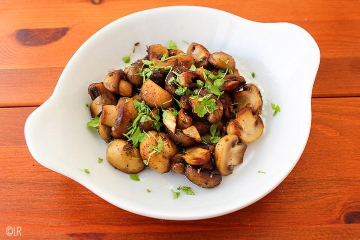 Schaaltje gebakken champignons met knoflook en peterselie.