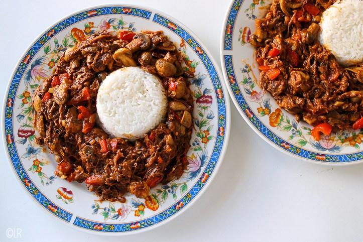 Heerlijk mals rundvlees in een schotel met champignons en paprika.