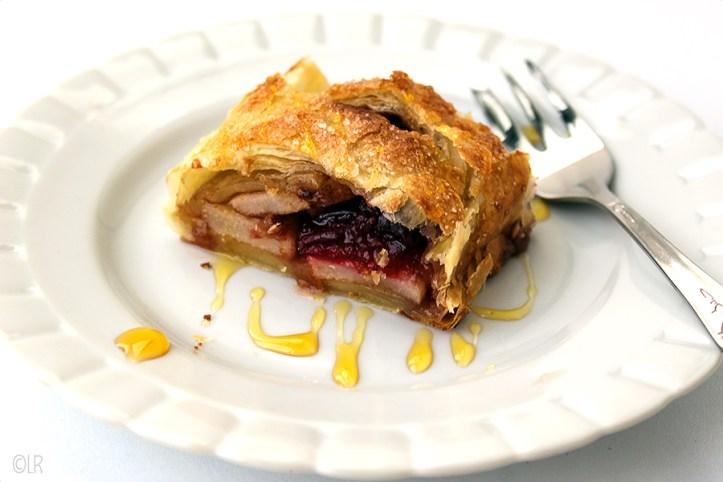Geen appelstrudel maar een perenslof. Gevuld met cranberrycompote en walnoten overgoten met karamelsaus.