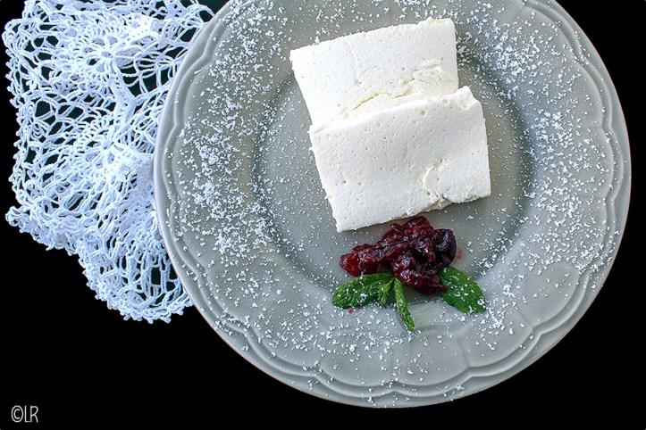 Plakjes romige kwark met honing, citroen en limoncello, een romige lichtzure afsluiting van een diner.