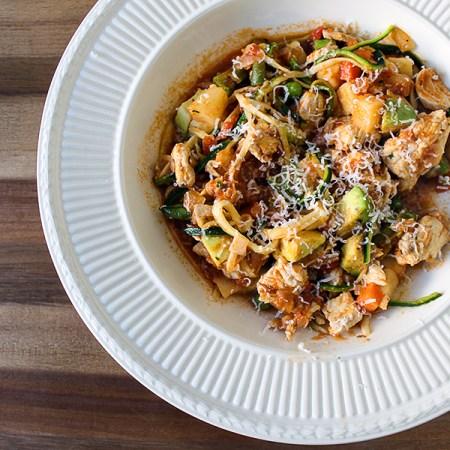 Bord met kleurige groenten en kip - koolhydraatarme spaghetti.