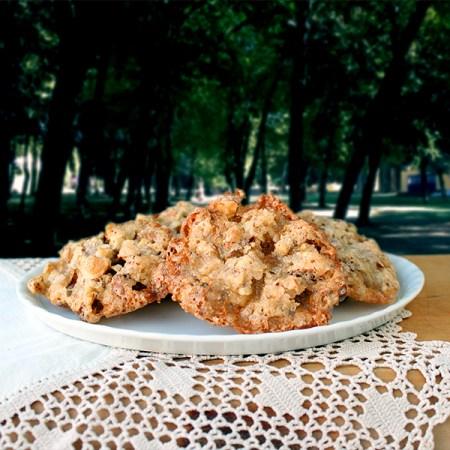 Schaaltje gevaarlijk lekkere krokante koekjes met amandelen.