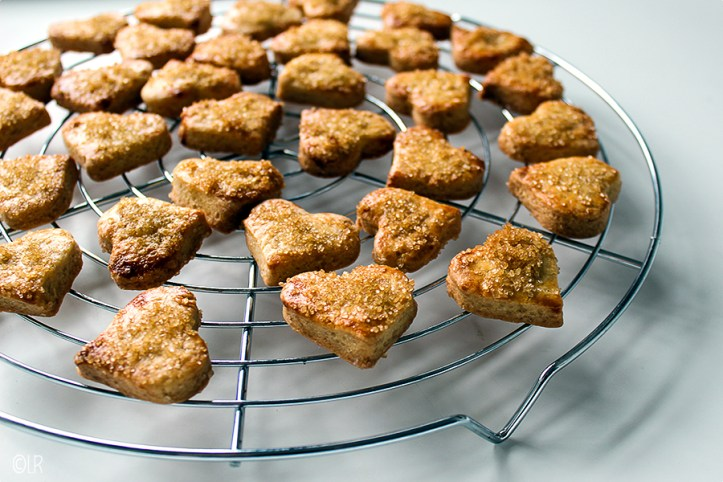 Daar liggen ze af te koelen, de valentijnskoekjes van dit jaar. Knapperige zandkoekjes met kristallen van karamel.