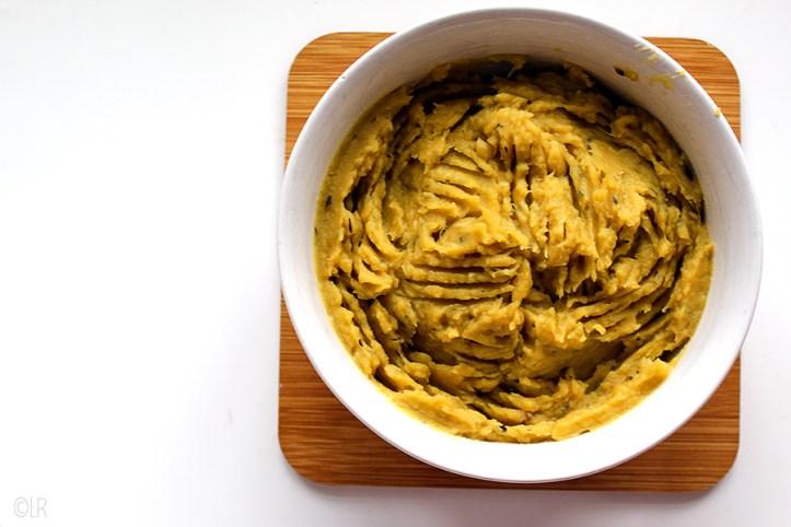 Een schaaltje romige puree van zoete aardappel met knoflook en tijm