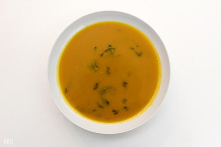 Bordje waterkerssoep gebonden met pompoen en bataat.