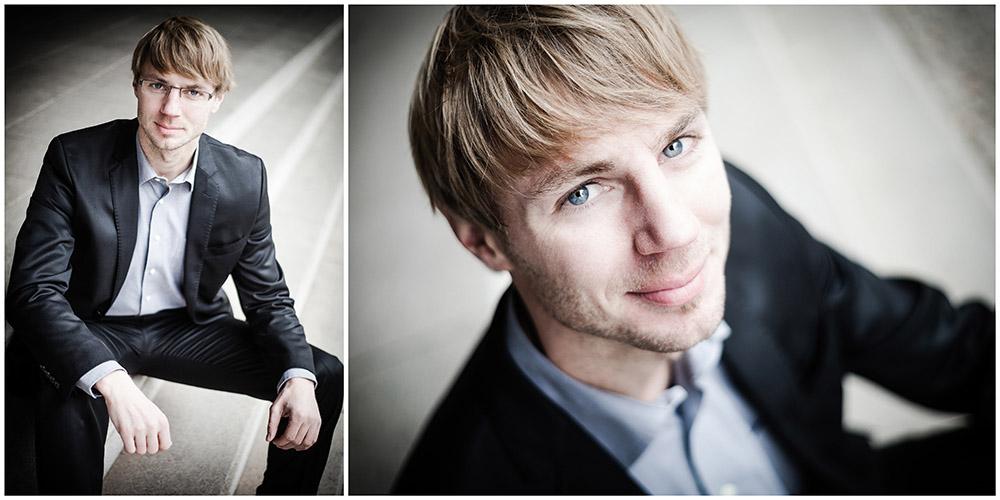 2 Business-Portraits eines blonden Mannes auf einer Treppe