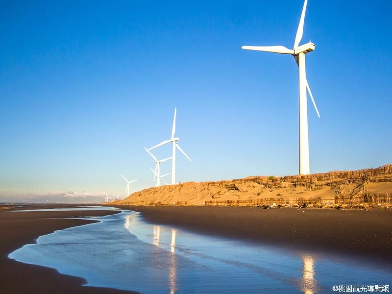 14:25~【草漯沙丘】綿延8.1公里的「沿海沙漠」特殊地景,是台灣海岸中保持最寬廣而完整的。百年漂沙及沿海風車,沙岸與海連成一線、起伏的沙丘上蜿蜒沙紋交錯著腳印,有一種寂靜又蒼涼的美感
