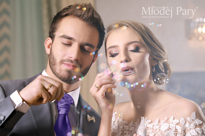 Młoda para z bańkami mydlanymi w kształcie tortu
