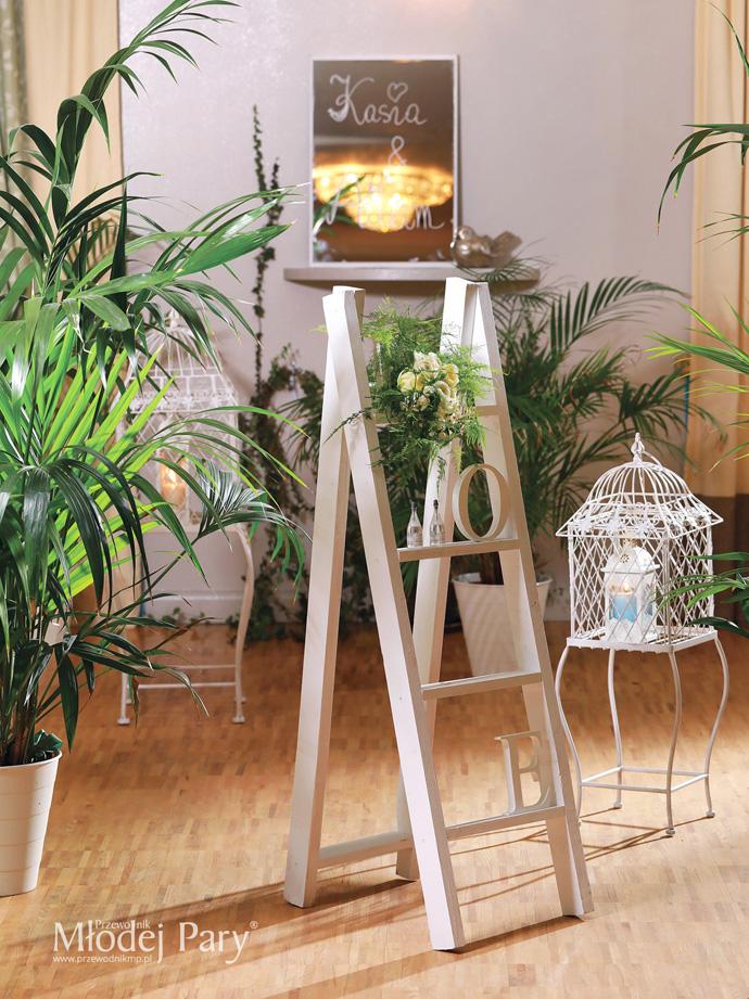 Stylizacja ślubna biel, palmy, lustro, klatki