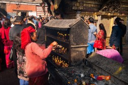 Kobieta podczas obrzędów w Świątyni Małp