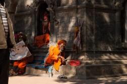 Święci mężowie w kompleksie świątyni Pashupatinath