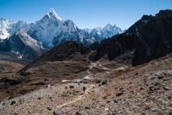 Zejście do wioski Chukhung z przełęczy Kongma La