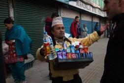 Uliczny sprzedawca w Kathmandu w miejscu odjazdu do Pokhary
