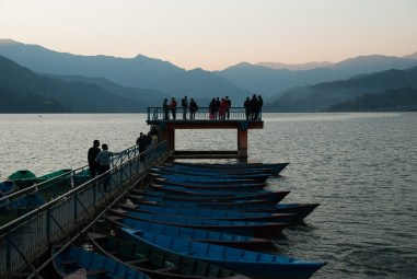 Zachód słońca nad jeziorem Phewa