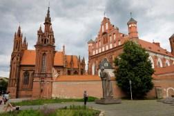 Pomnik Adama Mickiewicza przed kościołem św. Anny