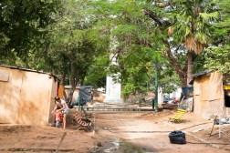 Główny plac miasta zamieniono w slums