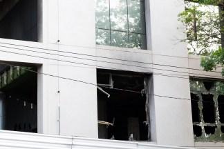 Uszkodzony budynek parlamentu wskutek protestu przeciwko zmianom w konstytucji pozwalającym ubieganie się prezydentowi o drugą kadencję
