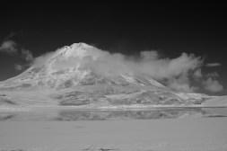 Wulkan Licancabur góruje nad Laguną Verde