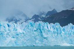 Kilkudziesięciometrowa ściana lodowa