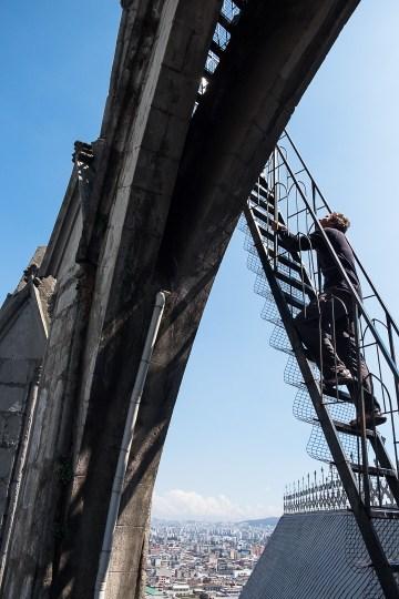 Michał wchodzi na jedną z wież Basilica del Voto Nacional