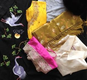 haftowany szlafrok, kilka jedwabnych bluzek i szal