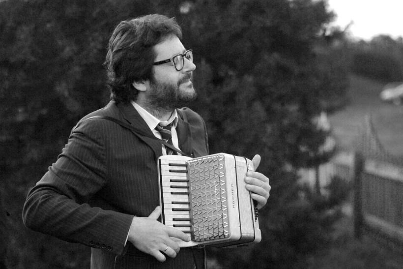 Grzegorz Turnau z akordeonem