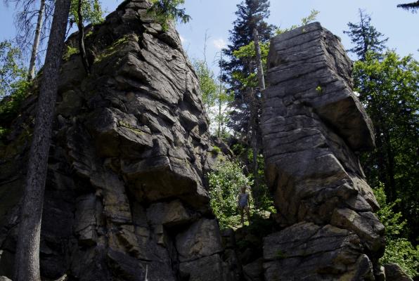 Wyprawa na zamek Karpień - skały na szlaku