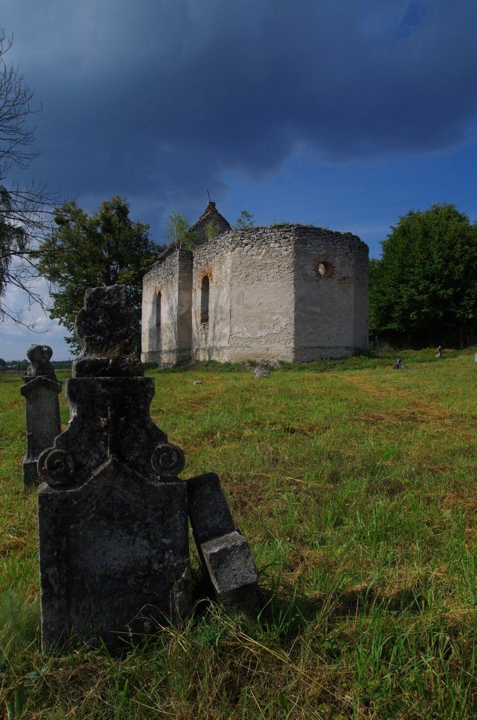 Huta Różaniecka - widok na cerkiew od strony cmentarza
