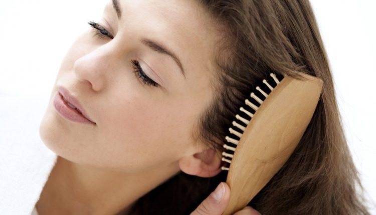 Chải tóc nhẹ nhàng tránh gây hư tổn cho tóc