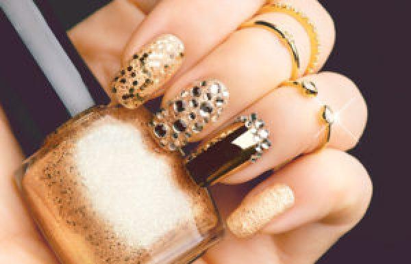 Mẫu móng màu gold đính đá lấp lánh
