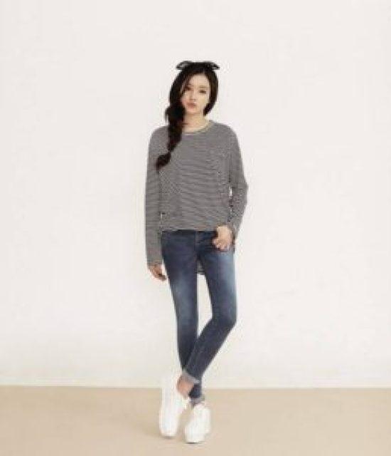 Tóc tết kết hợp áo thun, quần Jean