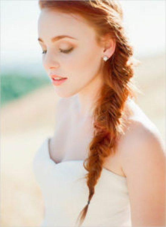 Tóc đuôi cá kết hợp cùng váy trắng trễ vai