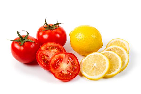 Cà chua kết hợp với chanh là một loại mặt nạ dưỡng da, tẩy tế bào chết hiệu quả
