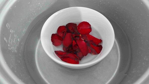 Làm nước hoa hồng bằng cách chưng cách thủy
