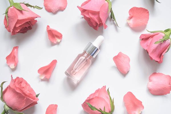 Nước hoa hồng (Toner) cũng là một cách tẩy da chết an toàn