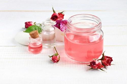 Cách làm nước hoa hồng dưỡng da tại nhà cực rẻ, cực dễ