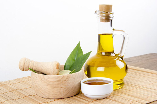 Trị môi thâm bằng mật ong và dầu oliu