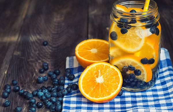 Nước detox cam và việt quất