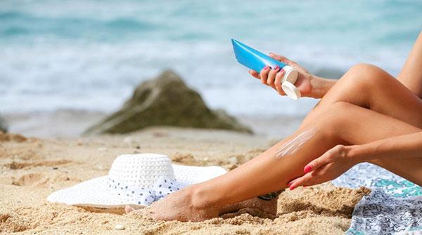 Bôi kem chống nắng khi đi biển